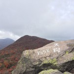 紅葉のくじゅう連山黒岳山頂で天狗と出会う
