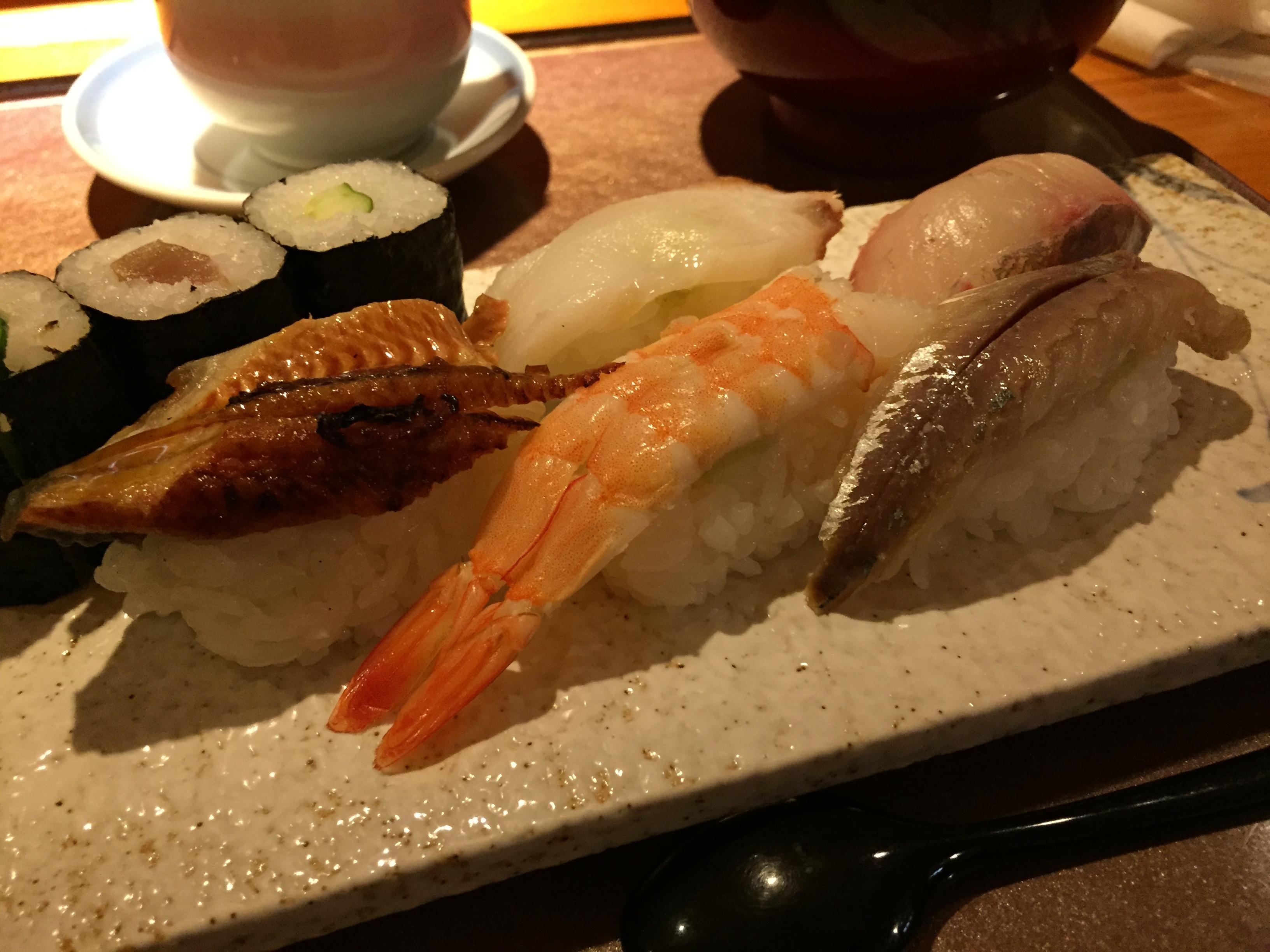 すし源で昼からカウンターに座って寿司定食